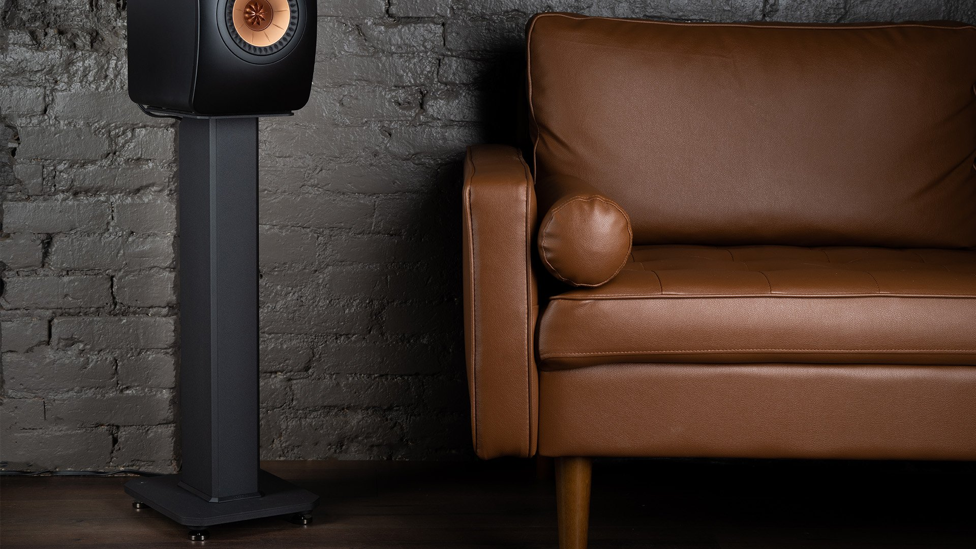 SX26_speaker-stand-Lifestyle_Couch