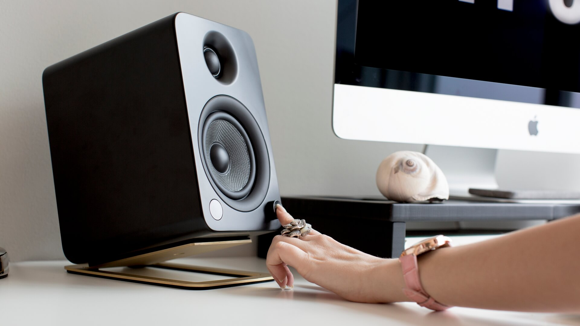 s4-desktop-speaker-stand-brass